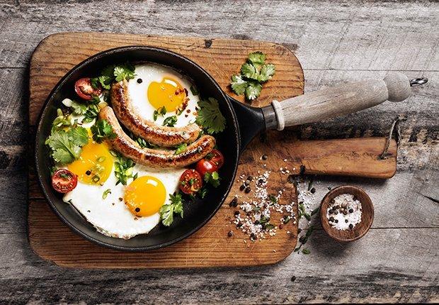 Desayuno con huevos y salchichas