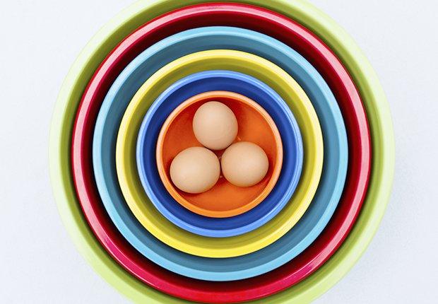 Huevos en plato de colores