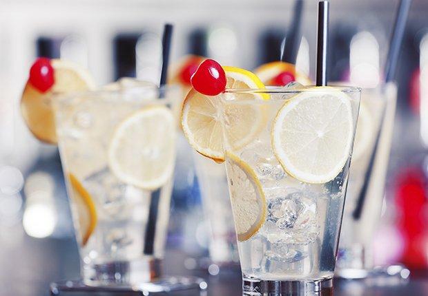Vasos con agua, rebanadas de limón y una cereza