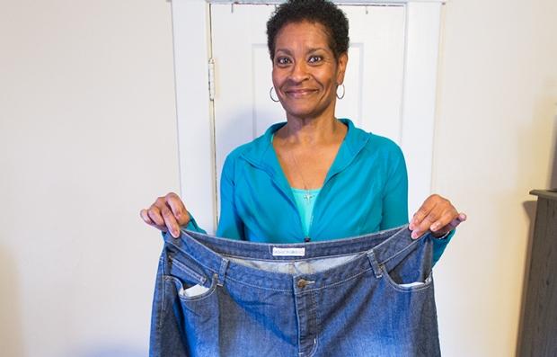 Marnita Wiggins-Nichols sostiene un jean varias tallas más grande