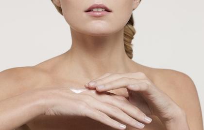 Mujer untándose una loción para el cuerpo