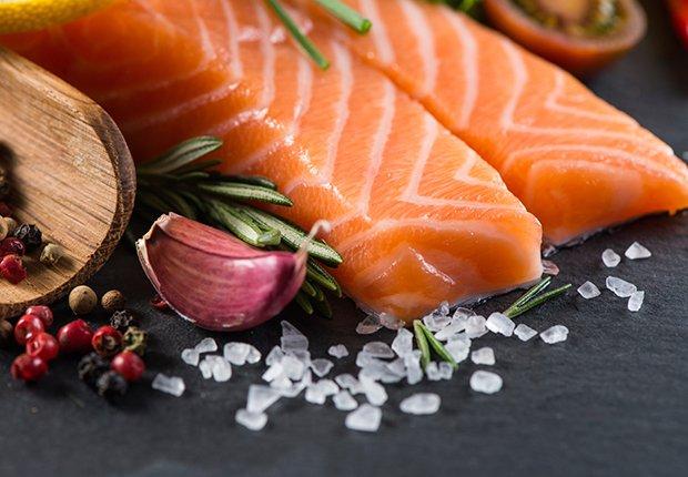 Porción de salmón con hierbas y especias