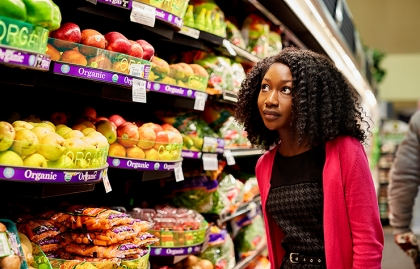 Mujer comprando frutas y vegetales
