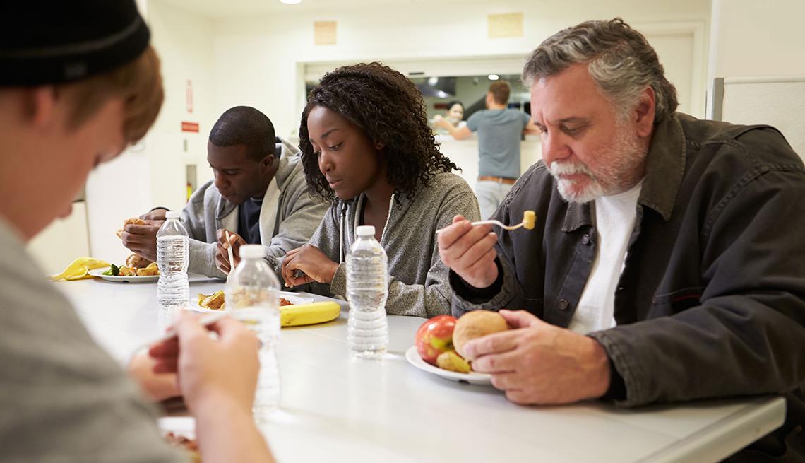 Personas comiendo