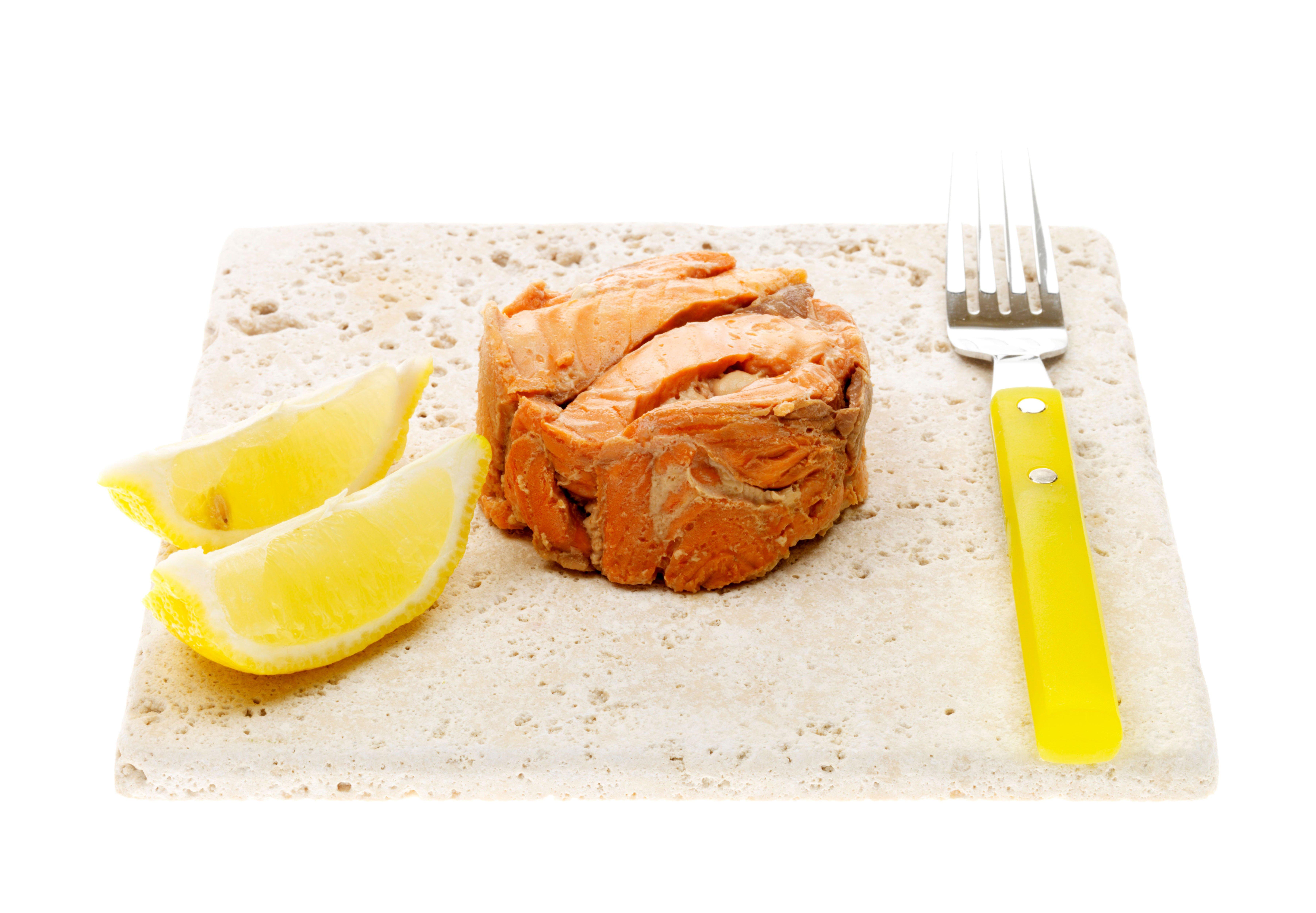 Salmón enlatado unas tajadas de limón