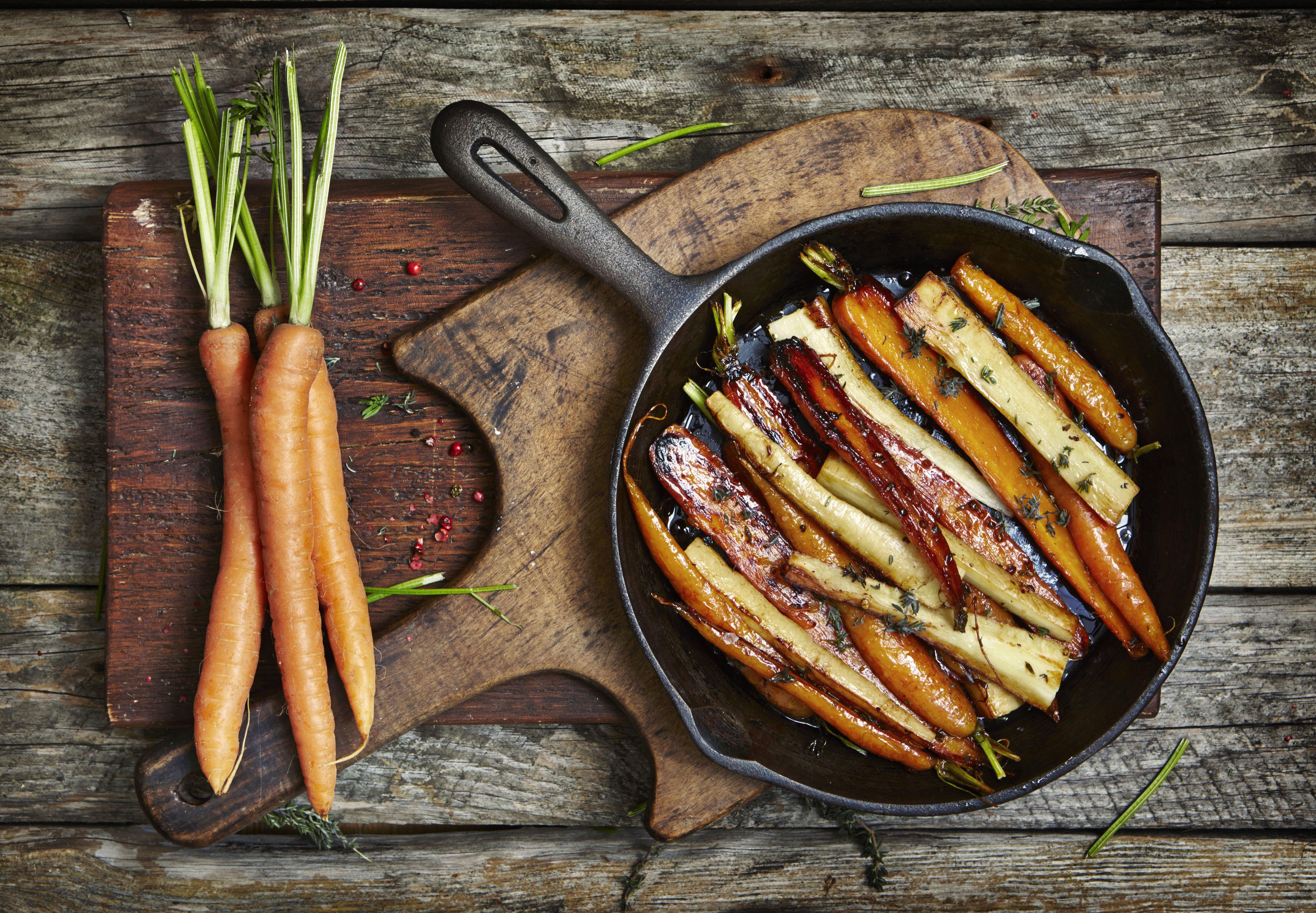 Zanahorias crudas y otras cocidas en una sartén