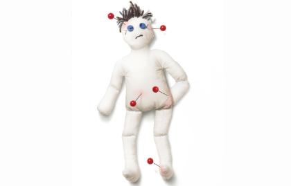Muñeco de trapo con algunos alfileres clavados - Razones por las que sufrimos dolor de espalda