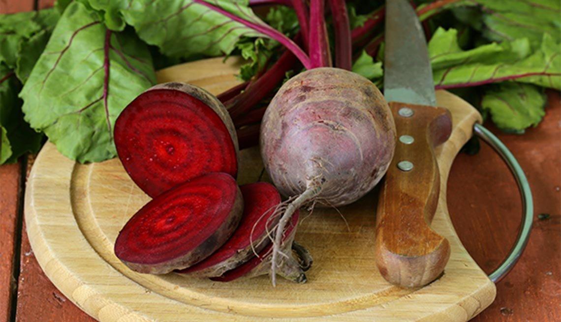 Beneficios increíbles de la remolacha - Remolacha sobre tabla para picar alimentos