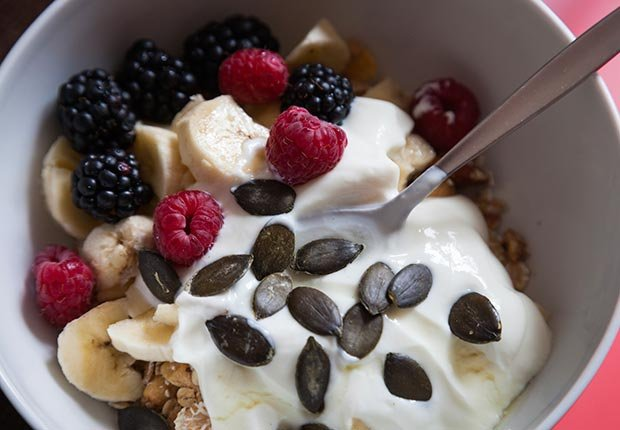 Banana, moras, yogur y semillas de calabaza