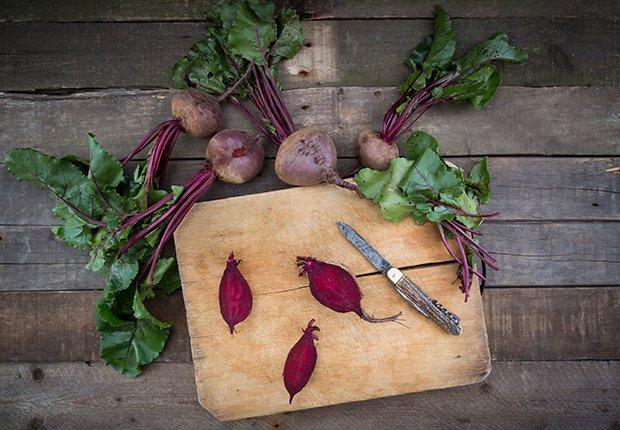 Beneficios increíbles de la remolacha - Tabla y cuchillo para picar alimentos