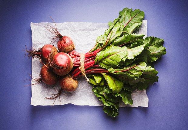 Beneficios increíbles de la remolacha - Remolachas sobre fondo color morado