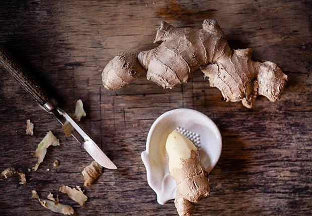 Gengibre fresco sobre un picador - Remedios caseros