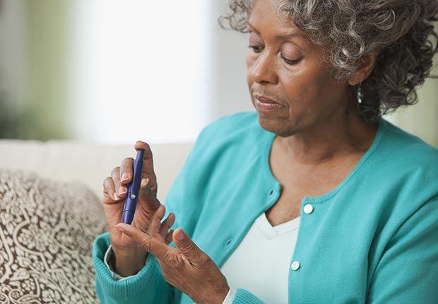 Mujer mayor haciendo una prueba de insulina - La mantequilla de maní te puede hacer más saludable
