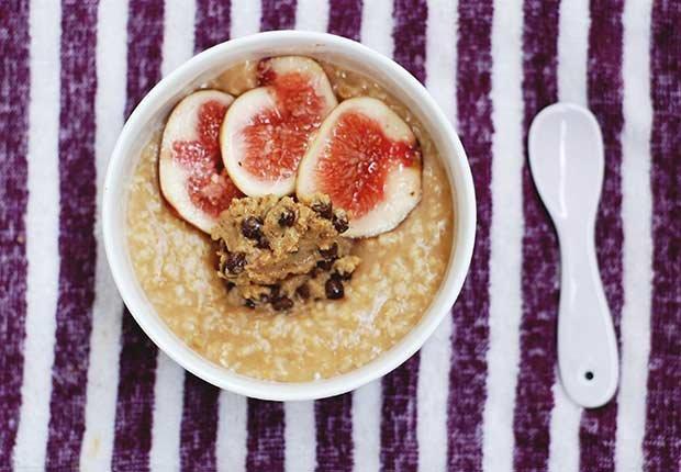 Plato con avena, mantequilla de maní y frutas - La mantequilla de maní te puede hacer más saludable