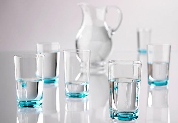 Jarra y vasos de agua - Alimentos que alivian