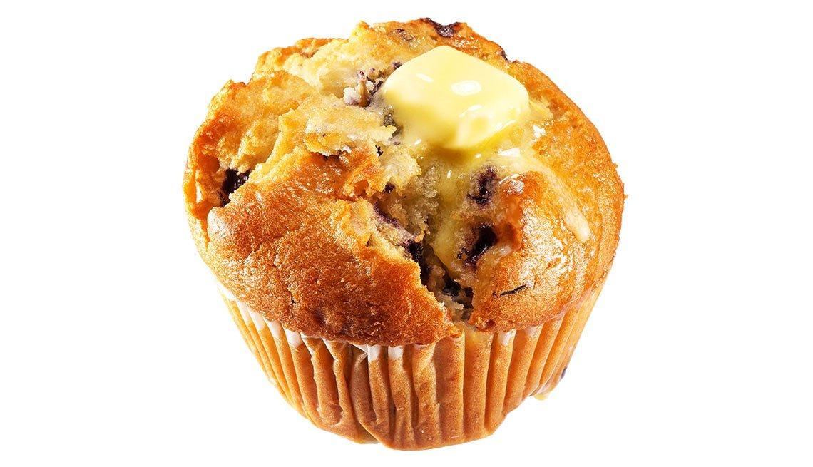 Muffin con mantequilla derretida encima