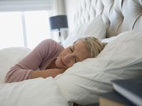 Mujer madura durmiendo - Hábitos que te ayudan a dormir mejor