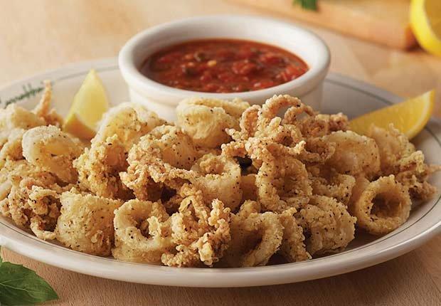 Calamares empanados y salsa