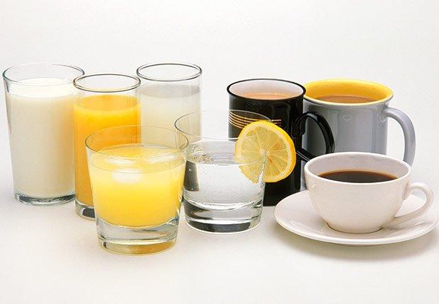 Vasos de vidrido y pocillos de cerámica con diferentes tipos de líquidos comestibles - Enfermedades y transtornos que puedes evitar o aliviar tomando agua