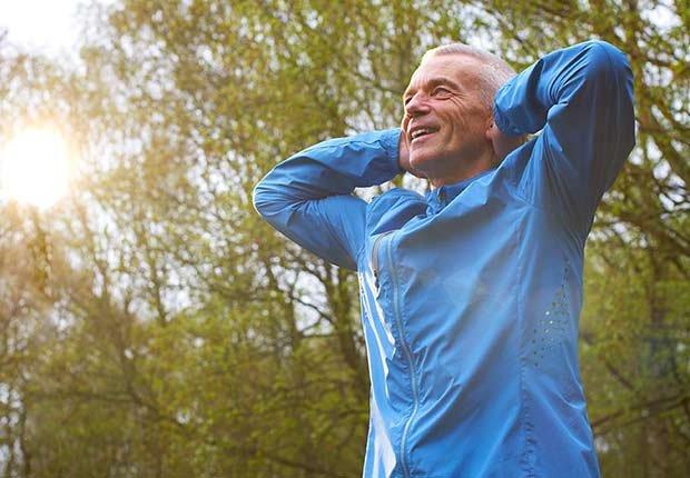 Hombre ejercitándose al aire libre - Hábitos que te ayudan a dormir mejor