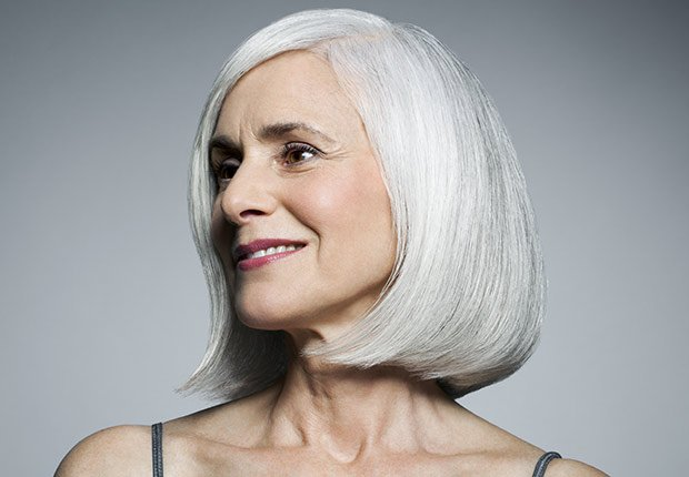Mujer mayor mirando hacia un lado con cabello blanco - Enfermedades y transtornos que puedes evitar o aliviar tomando agua