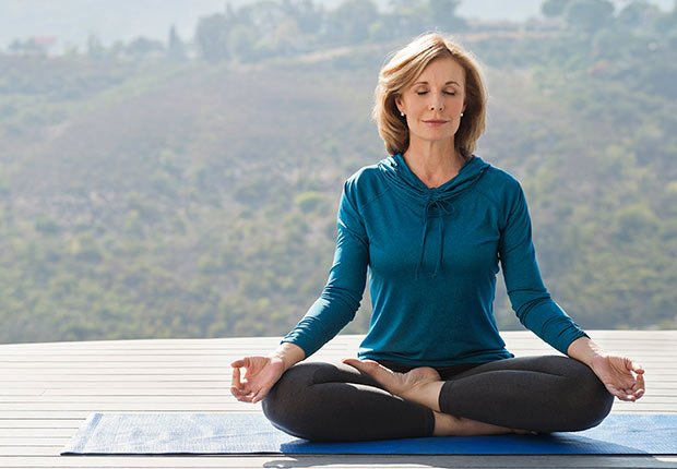 Mujer practicando yoga - Hábitos que te ayudan a dormir mejor