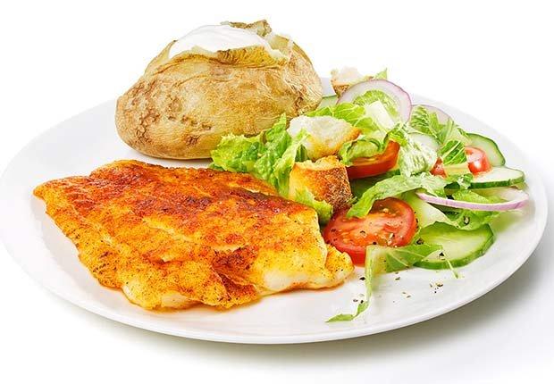 Papa asada, ensalada verde y pollo