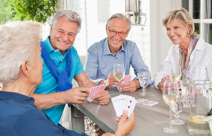 Grupo de adultos jugando cartas y tomando vido - Mantener cerebro sano