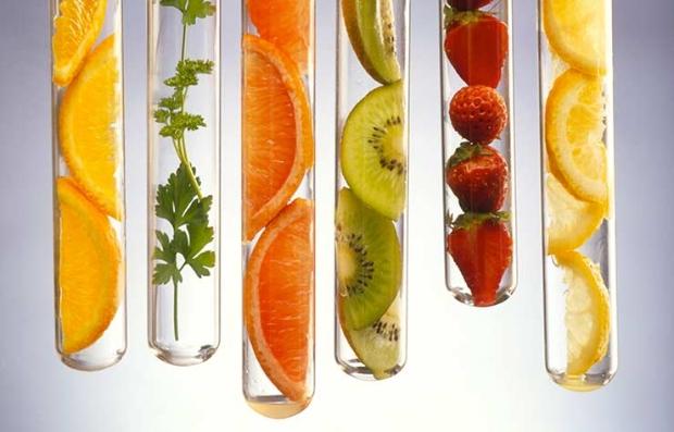Tubos de ensayo con frutas adentro