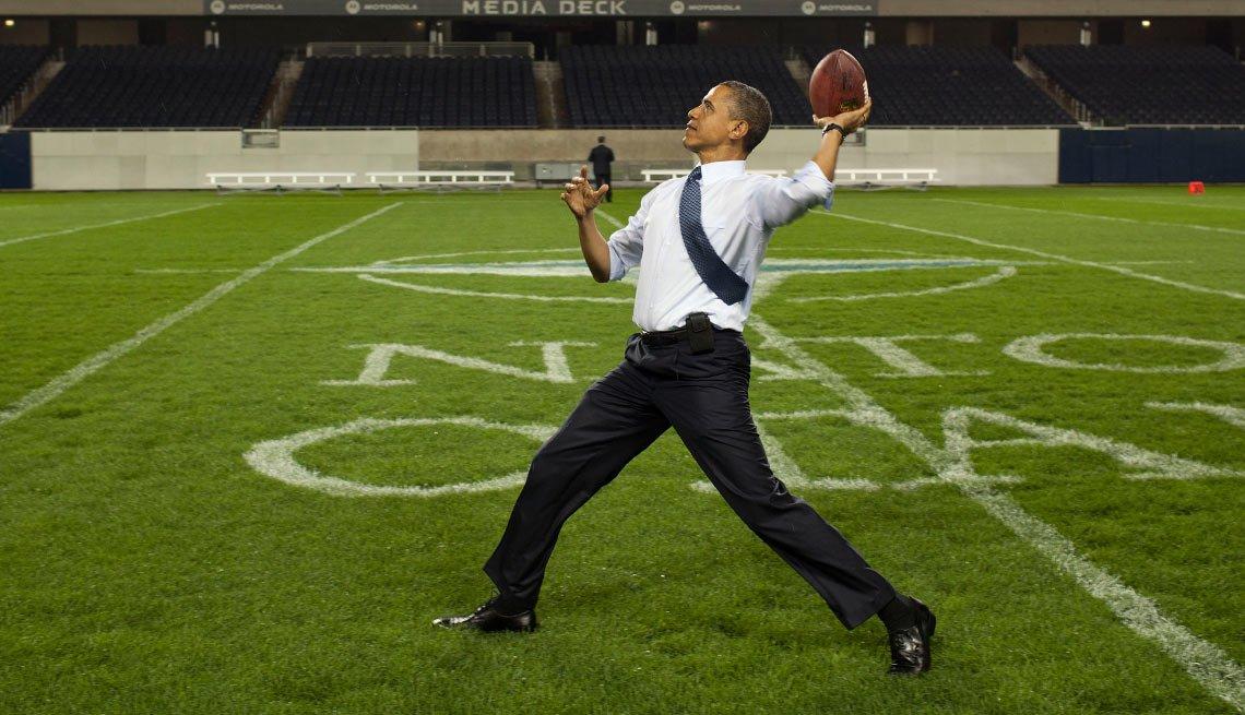 Presidente Barack Obama lanzando una bola de fútbol americano