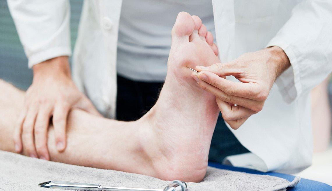 Podiatra revisando el pien de un paciente