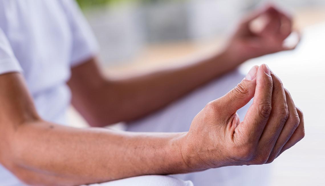 Manos de una persona meditando