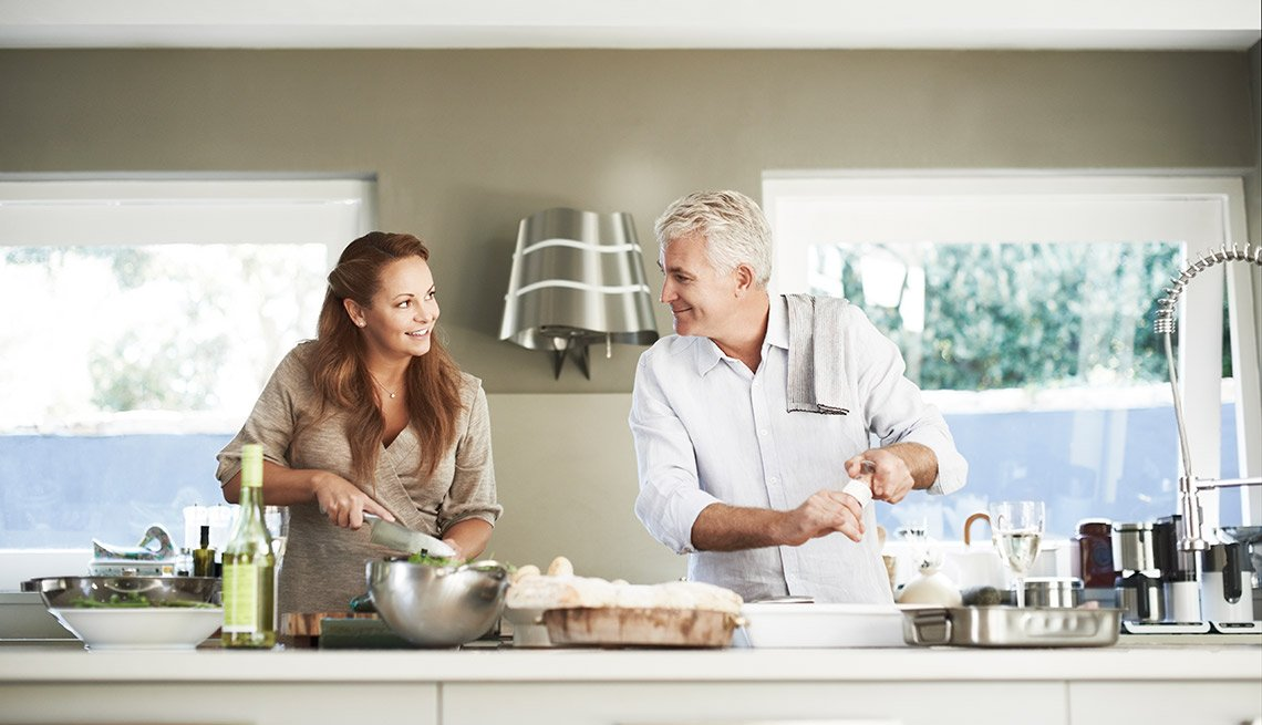 Aplicaciones que te hacen la vida más fácil en la cocina - Pareja cocinando en la cocina
