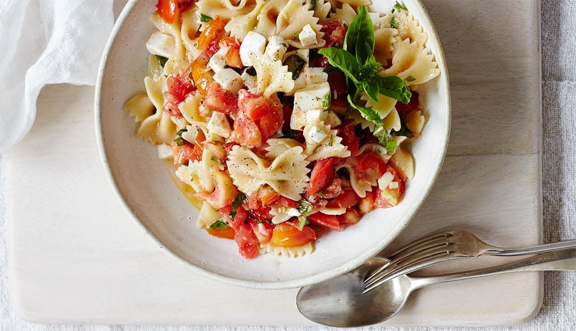 Salsa de tomates crudos de verano para las pastas