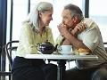 Pareja comiendo juntos - Intimidad luego de perder tu pareja