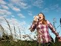 Mujer al aire libre en un campo abierto estornudando - Alergias de temporada