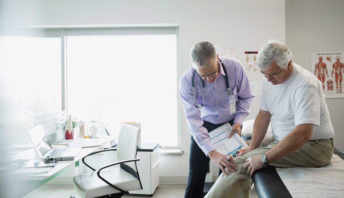 Médico realizando examen físico a su paciente