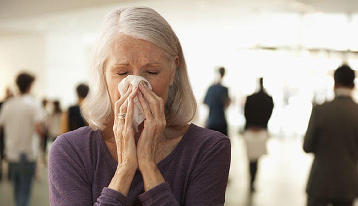 Mujer mayor estornudando - Remedios caseros