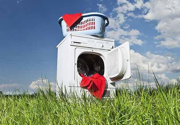 Máquina de lavar ropa y ropa lista para lavar