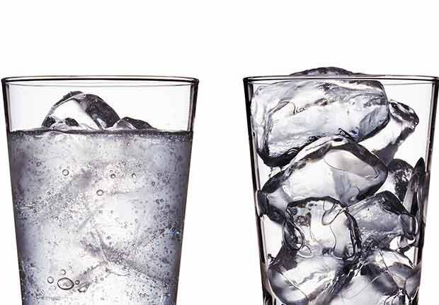 Un vaso con agua y otro con hielo