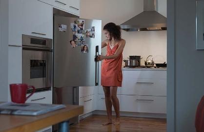 Mujer buscando en un refrigerador