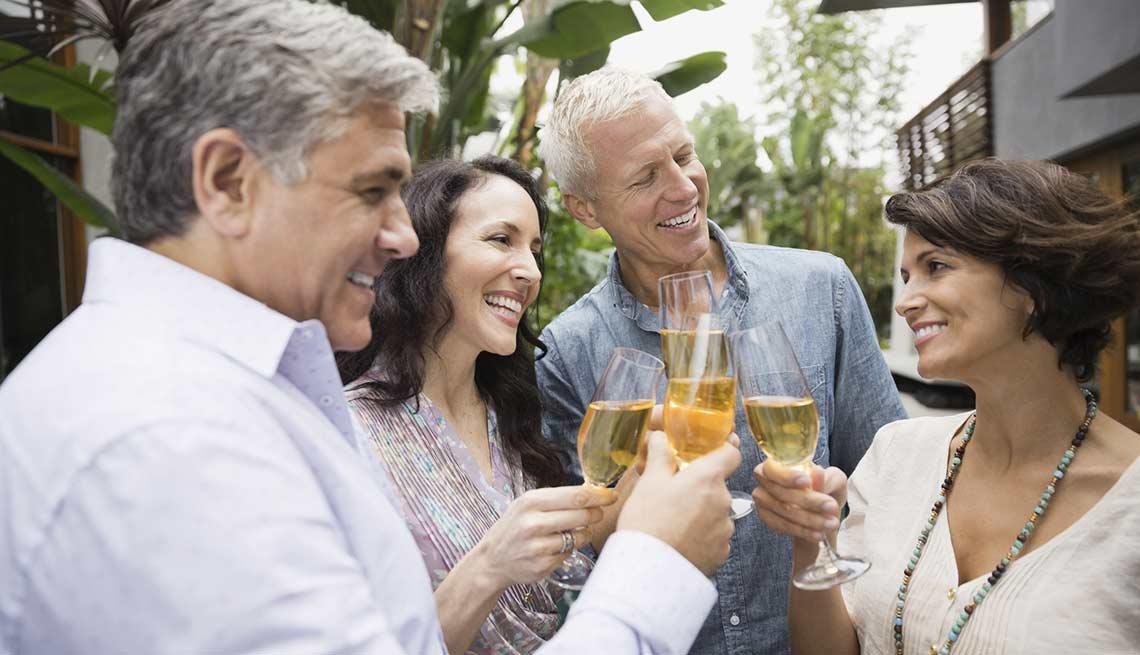 Grupo de personas socializando - Combatir la inflamación