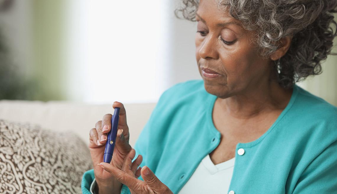 Mujer haciéndose la prueba de azúcar en la sangre