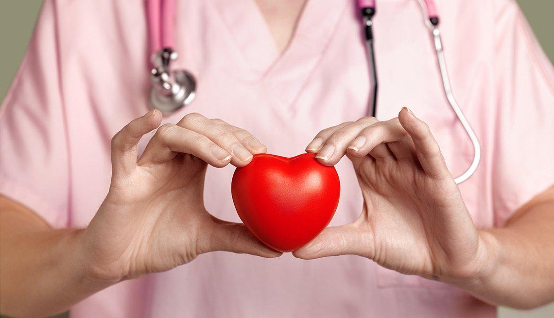 Enfermera sosteniendo un corazón