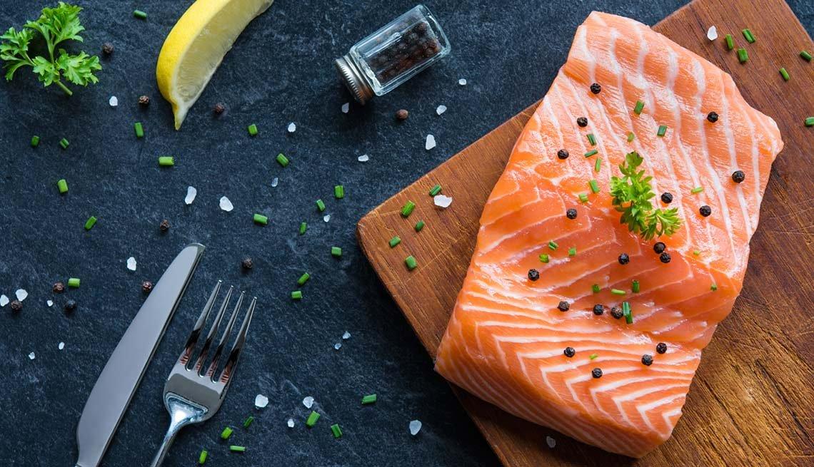 Rebanada de salmón, limón y otros condimentos