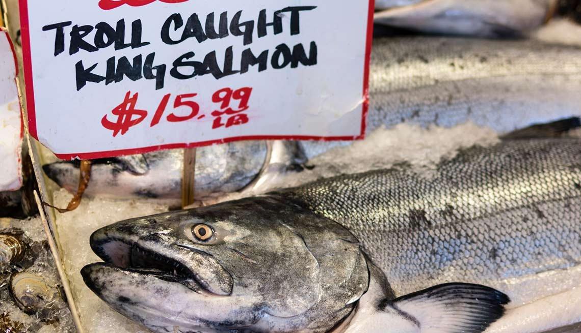 Salmón fresco en un mercado