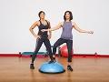 Ramona y Lucy Braganza haciendo ejercicios