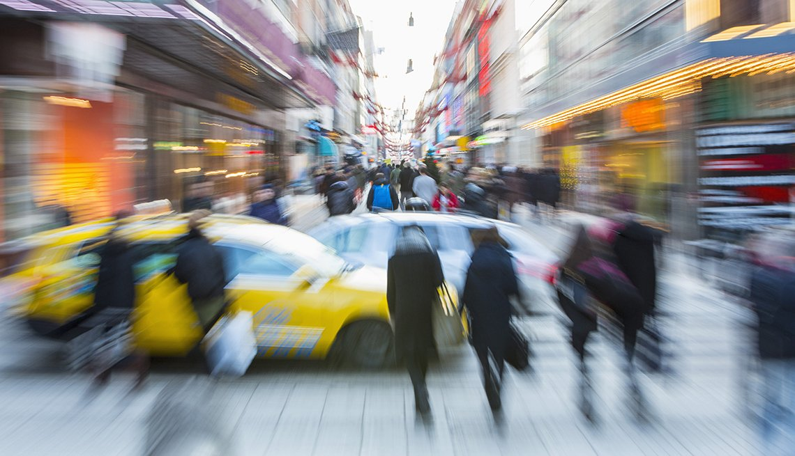 Calle congestionada de vehículos y transeúntes