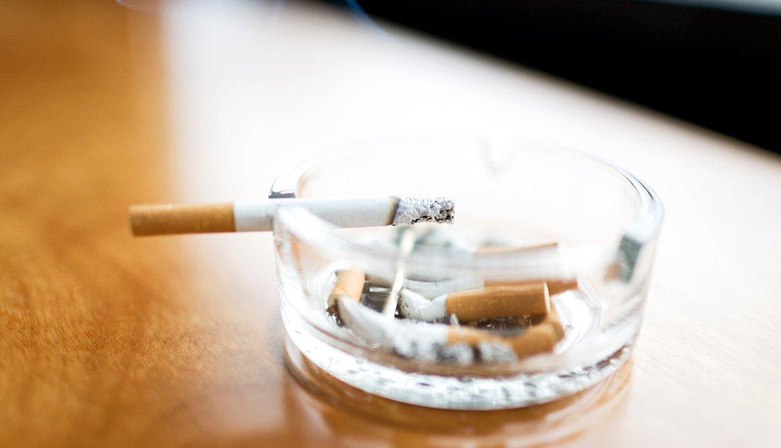 Cenicero y cigarrillo encendido