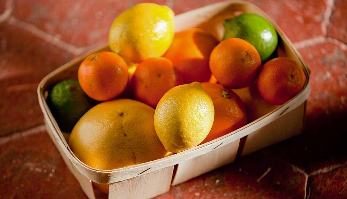 Canasta con frutas cítricas